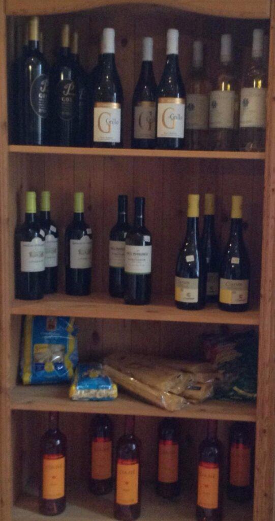 Regal mit Weinflaschen und Pasta